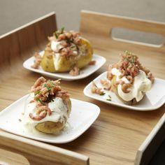 Aardappelen in de schil met grijze garnalen en zure room