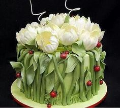 tulip and ladybug cake.- Maybe one day I can make a tulip cake. Gorgeous Cakes, Pretty Cakes, Cute Cakes, Amazing Cakes, Fancy Cakes, It's Amazing, Tulip Cake, Floral Cake, Peony Cake