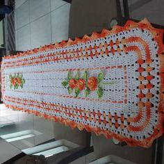 Trilho de mesa mede 1,30×0,40cm  Produto feito sobre encomenda. Pode ser feito em outras cores e tamanho .  Forma de envio : é o correio  Qualquer dúvida entre em contato terei maior prazer em atendela