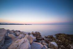 Descarga gratis esta imagen de un atardecer en el mar. La foto ha sido tomada desde las rocas. Entra ahora y descárgala gratis junto con muchísimas más fotos > http://imagenesgratis.eu/imagen-gratis-del-mar-visto-desde-las-rocas/