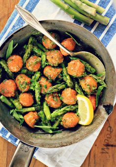 Sweet Potato Gnocchi with Asparagus and Dandelion Pesto {vegan, grain free, gluten free} Primal Recipes, Vegetarian Recipes Easy, Real Food Recipes, Healthy Recipes, Potato Pasta, Sweet Potato Gnocchi, Clean Eating, Healthy Eating, Main Dish Salads