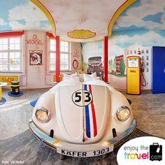 Sí eres un amante de los automóviles… V8 hotel es perfecto para ti. Su diseño en cada detalle es creado con amor y mucho cuidado, sus habitaciones son decoradas con carros clásicos y modernos, sus líneas son limpias y claras mezcladas con formas voluptuosas que harán que te vuelvas fanático del arte. Puedes hospedarte en las habitaciones de carreras, campamento V8 o en la suite de Mercedes Benz.