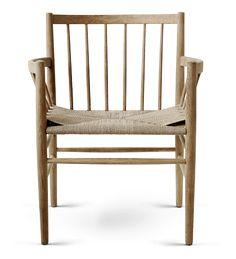 Et par komfortable stole, med en yderst raffineret linjeføring. Til dem der ønsker en spisebordsstol der markerer sig i rummet og som tillader at man bliver siddende – også efter middagen.
