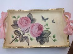 We start with the courses-workshop: learn to make decoupage in trays very easy step by step Funky Painted Furniture, Decoupage Furniture, Decoupage Art, Decoupage Vintage, Wood Crafts, Diy And Crafts, Mod Podge Fabric, Foto Transfer, Pearl And Lace