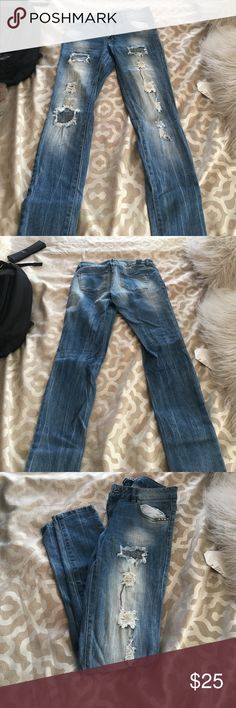 Ripped jean size 5 American eagle Cute jeans ripped no skin skinny jeans size 5 Jeans Skinny