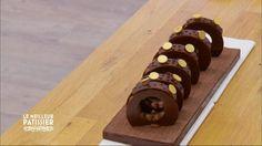 Pour vous, Cyril Lignac revisite l'un des desserts préférés des Français, la tarte au chocolat. Pour commencer, il travaille le beurre afin de le rendre parfaitement crémeux avant d'y ajouter le sucre glace et la poudre d'amande. Ensuite, le pâtissier incorpore la farine petit à petit. Retrouvez Le meilleur pâtissier sur M6.
