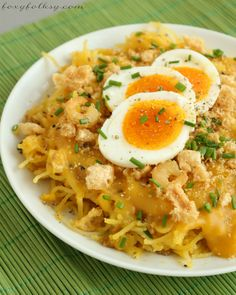 This recipe of Pancit Palabok is really simple one requiring the most simple ingredient from the yellow thick sauce and basic toppings but still delicious. Filipino Soup Recipes, Filipino Dishes, Asian Recipes, Filipino Food, Ethnic Recipes, Oriental Recipes, Filipino Desserts, Pancit Palabok Recipe, Paella