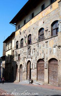 Ареццо. Тоскана. Италия Дворец Преторио (Pretorio), украшенный гербами правителей, сейчас в нем разместилась городская библиотека.