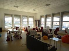 La sala comune del Física Beach Hostel a Torres Vedras. Si tratta di un ostello con vista sulle splendide spiagge di Santa Cruz, a circa un'ora e mezza da Lisbona. Prezzi da 12€!
