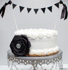 Una tarta elegante para una fiesta blanco y negro, via blog.fiestafacil.com / An elegant cake for a black and white party, via blog.fiestafacil.com