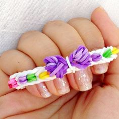 No Loom: Easy Tiny Bow Rainbow Loom Charm Bracelet Without Loom Rainbow Loom Tutorials, Rainbow Loom Patterns, Rainbow Loom Creations, Rainbow Loom Bands, Rainbow Loom Charms, Easy Rainbow Loom Bracelets, Loom Band Bracelets, Rubber Band Bracelet, Friendship Bracelets