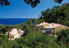 Solenzara est un village de Corse du Sud situé sur la Côte des Nacres dans un cadre exceptionnel.  La Résidence Mare e Monte est construite sur une colline en pente douce vers la mer, à 200 m d'une crique de sable fin et de rochers, à mi distance des plages de sable fin de Canella (1km) et de Favone (2 km). Les mini villas de cette location de vacances en Corse ont une situation privilégiée avec une vue mer.