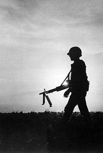 Fort Hood, Texas: A Infantry Brigade machine gunner moves his weapon into position during a night training exercise. They arrived in Vietnam on October 23 after five intensive months of training. Vietnam History, Vietnam War Photos, American Veterans, American Soldiers, Airsoft, Elements Of Art Space, World Religions, Korean War, Vietnam Veterans