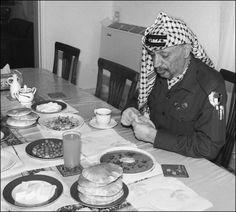 الرئيس ياسر عرفات رحمة الله عليه Black And White, Breakfast, Food, Palestine, Morning Coffee, Black N White, Black White, Essen, Meals