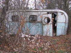 1948 Alma trailer Abandoned Buildings, Abandoned Houses, Abandoned Places, Old Houses, Haunted Places, Vintage Campers Trailers, Vintage Caravans, Camper Trailers, Rust In Peace