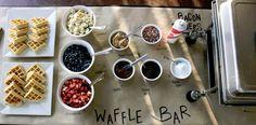 Una estación de waffles con todos sus ingredientes: