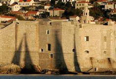 """Dubrovnik, Kroatien : Der Star der Küste Dalmatiens, der auch als Kulisse für die Dreharbeiten für """"Games of Thrones"""" genutzt wurde, hat sich lange auf seinem Glanz ausgeruht.  Warum man 2017 hinfahren sollte:  Die Stadt wird diesen Sommer E-Scooter in Betrieb nehmen, mit denen Einheimische und Touristen an der Küste auch abgelegene Strände erreichen können. Das Vier-Sterne-Strandhotel Kompas und das Restaurant Portrait in der Altstadt überzeugen, und die lang erwartete Renovierung..."""