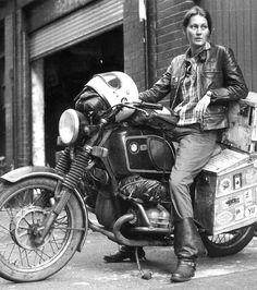 Parce que porter le look Tomboy et conduire une moto, ça avait trop de la ''gueule'' ! Il s'agit d'Elspeth Beard, la première femme à avoir fait le tour du monde à moto