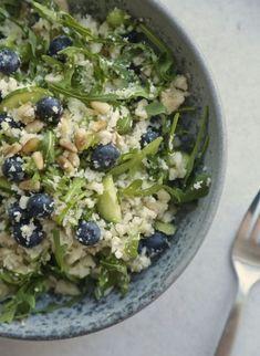 Blomkålssalat med rucola, pinjekerner og blåbær2 Food N, Food And Drink, Side Recipes, Dinner Recipes, Healthy Cooking, Healthy Recipes, Healthy Meals, Healthy Food, Greens Recipe