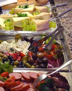 Kaltes Buffet. Das Restaurant bietet eine große Auswahl an Speisen. Vital Hotel, Buffet, Dairy, Restaurant, Cheese, Food, Buffets, Diner Restaurant, Essen