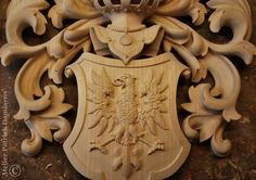 HERALDIC WOODCARVING | FAMILY COAT OF ARMS carved in wood Carving a helmet, shield and mantling for a British family Coat of Arms | Heraldic woodcarving | A heraldic helmet in wood | Patrick Damiaens | http://www.patrickdamiaens.be