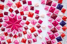 L'artiste anglaise Caroline Attan combine le paper art, l'origami, les collages et la poésie pour en faire des compositions circulaires très colorées. Entre les papiers collés et pliés, on peut lire la poésie de Pablo Neruda.