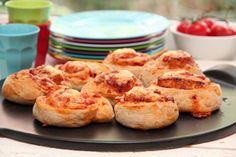Pizzasnurrer - soltørka tomat og fetaost i staden for skinke - nam! French Toast, Muffin, Favorite Recipes, Lunch, Breakfast, Eat, Food, Morning Coffee, Eat Lunch