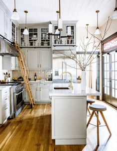 barras de cocina, cocina en estilo industrial con barra y lavabo empotrado, suelo de parquet y muchas lámparas decorativas