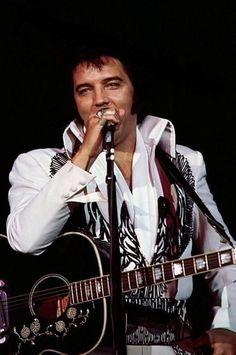 John Lennon Beatles, The Beatles, Elvis In Concert, Buddy Holly, Elvis Presley Photos, Chuck Berry, King Of Music, Graceland, Photos Du