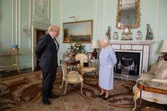 Queen Elizabeth empfing Boris Johnson zur Audienz. Alle Welt spricht jedoch über ein verstecktes Foto von Prinz Harry und Herzogin Meghan. Prinz Charles, Prinz William, Jill Biden, Meghan Markle Prince Harry, Prince Harry And Meghan, Mr Johnson, Boris Johnson, Mario Testino, Buckingham Palace