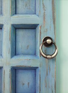 Она напомнит о синей колыбели морей и свободе неба, о горных вершинах, подернутых дымкой тумана, о приключениях, которые ждут вас, стоит только открыть дверь и перешагнуть порог... Физика: К нижнему краю двери прикрепляются 4 крючка, очень прочные #sale #handmade #board #wood #door  Ручная работа. Роспись акрилом. Размер 30х20 см. Цена 3500 р.  Возможна доставка почтой России, курьерской службой #decor #interior #moscow #krasimdoski #acryl #пастель #ключница #дверь