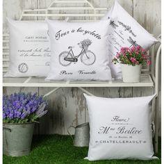 Poduszki ozdobne Bicyclette, polskiej marki French Home ze 100% bawełny ze zdejmowaną poszewką. Posiada wzór roweru z kwiatkami w koszyczku co wprowadza w romantyczny francuski klimat.