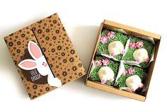 Brownie de brigadeiro decorado com coelhinhos comestíveis da Adoro Brownie (adorobrownie.com.br). A caixa com 4 custa R$ 40