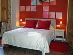 habitacion roja  del hotel abadia de san martin , en San Martin del Castañar (salamanca). decorado por josetxo lamy con la colaboracion de yusgar decoracion. muebles, iluminación, colchas , cojines y cortinas de YUSGAR DECORACION.