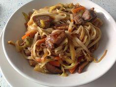 Salteado de fideos udon con verduras y cerdo, en Blue Cuisine
