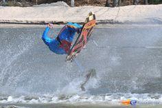 6/31   Photo du water stunt show, Jim Bond H2O situé à Holiday-Park (Allemagne). Plus d'information sur notre site http://www.e-coasters.com !! Tous les meilleurs Parcs d'Attractions sur un seul site web !!