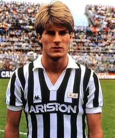 The King of Danes - Michael Laudrup Best Football Players, World Football, Football Kits, Soccer Players, Football Soccer, Football Stickers, Juventus Fc, Juventus Players, Team Shirts