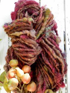 BERRIES AND FRUITS art yarn / handspun / hand dyed / wool / textured / knitting / felting / weaving / red brown green chestnut door hetwolhuuske op Etsy