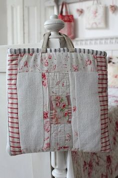 Lovely cushion ideas too. Could use discontinued bedspread samples as they are already quilted Diy Purse, Tote Purse, Handmade Fabric Bags, Purse Tutorial, Art Bag, Basket Bag, Denim Bag, Quilted Bag, Sewing Notions