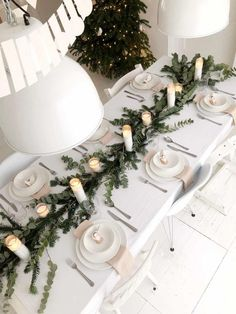 Table scape, white and green, candles Scandi Christmas, Minimal Christmas, Noel Christmas, Green Christmas, Simple Christmas, Christmas Table Settings, Christmas Tablescapes, Christmas Table Decorations, Holiday Tables