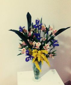 Composizione in vaso con struttura iris alstromeria aspadistria