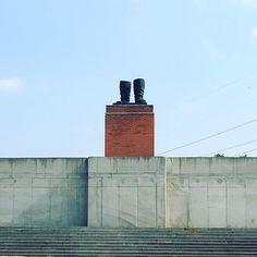 Un Stalin con gli stivali.  Tutte le statue del periodo comunista raggruppate in un parco fuori città, di quella di Stalin alta 8 metri sono rimasti solo gli stivali.  #budapest #mementopark #stalin #comunismo #officinadelturismo