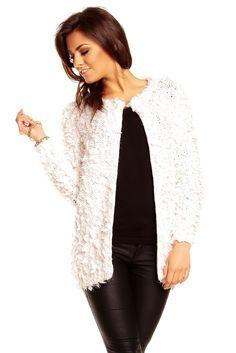 Cardigan hvid - Lækker hvid cardigan i blødt plysset stof. God til en kølig aften. Materiale:70% Polyester. 20% Acryl. 10% Polyamid Modellen bruger en str. small Kr. 249,-