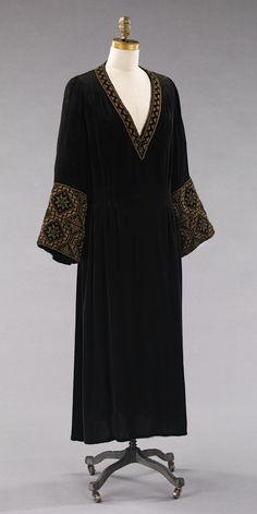 Dress, Evening Valentina (American, born Russia, Department Store: Chez Sonia Date: 1927 Culture: American Medium: silk, metal 20s Fashion, Art Deco Fashion, Fashion History, Vintage Fashion, Womens Fashion, Fashion Design, Fashion 2018, Gothic Fashion, Style Fashion