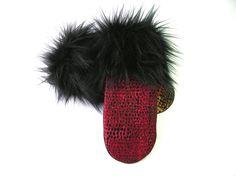 Mitaine pour dame, mitaine rouge, mitaine de laine, laine bouillie, mitaine doublée, matériaux recyclés, fourrure noire, poignet de fourrure de la boutique CroqueMitaines sur Etsy Fur Slides, Fur Hats, Motifs, Etsy, Dame, Eco Friendly, Scarves, Gloves, Coats
