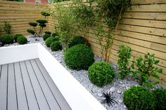 Parcourez les images de Jardin de style de style Minimaliste de J B Landscapes LTD. Inspirez-vous des plus belles photos pour créer votre maison de rêve.