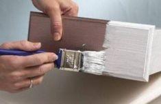 4. Primer Feito isso aplique duas demãos de primer, respeitando o intervalo de tempo de secagem recomendado pelo fabricante. Esta etapa é importante para ajudar na fixação da tinta, pois a madeira absorve bastante tinta durante a pintura do móvel de madeira;