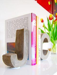 diy buchstützenpaar, buchstaben aus beton selber machen, diy deko