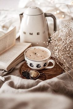 New Breakfast Table Photography Tea Time 67 Ideas Coffee And Books, I Love Coffee, Coffee Break, Morning Coffee, Good Morning, Coffee Cafe, Coffee Drinks, Coffee Shop, Cozy Aesthetic