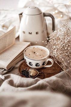 New Breakfast Table Photography Tea Time 67 Ideas Coffee And Books, I Love Coffee, Coffee Break, Morning Coffee, Good Morning, Coffee Cafe, Coffee Drinks, Coffee Shop, Flatlay Instagram